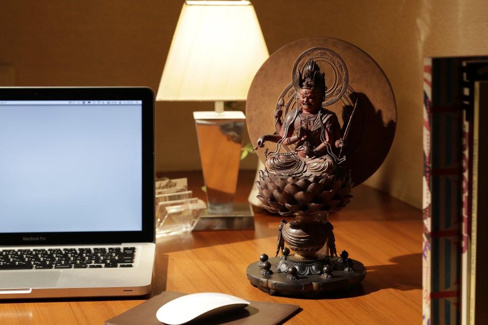 パソコンの傍らに愛染明王(あいぜんみょうおう)