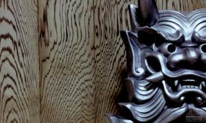 2500年前の鳥海山の噴火時に降り積もった火山灰の中から掘り起こした神代杉の無垢材と、邪気払い用の鬼瓦