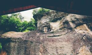 岩手県の世界遺産、平泉にある達谷窟毘沙門堂