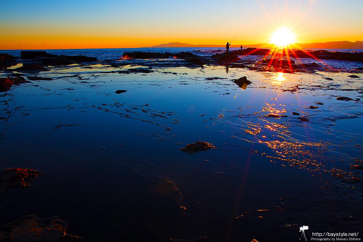 江ノ島の夕暮れと釣り人